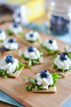 Triscuit Crackers topped with Balsamic Mixed Greens, Whipped Goat Cheese & Blueberries Canapes Recipes, Appetizer Recipes, Gourmet Recipes, Cooking Recipes, Gourmet Foods, Fancy Food Presentation, Whipped Goat Cheese, Cheese Appetizers, Snacks