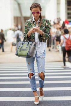 Weiße Bluse kombinieren: Trendy mit Destroyed-Jeans und Muster-Jacke