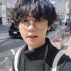Even if oppa it's gay (who knows) I don't have any chance either, i mean look how handsome Cute Asian Guys, Cute Korean Boys, Asian Boys, Korean Boys Ulzzang, Korean Men, Ulzzang Girl, Ulzzang Style, Beautiful Boys, Pretty Boys