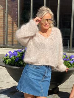 Lett og luftig v-genser Denim Skirt, Jumper, Vest, V Neck, Skirts, Fashion, Moda, Fashion Styles, Skirt