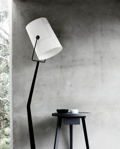 formschöne Stehlampe / Interior * Minimalism by LEUCHTEND GRAU http://www.leuchtend-grau.de/2014/03/living-in-box.html