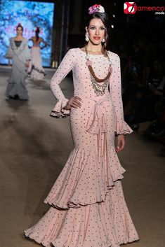 EL AJOLÍ – 'Sueña primaveras' | Moda Flamenca - Flamenco.moda Flamenco Costume, Vintage Gowns, Online Fashion Boutique, Belly Dancers, Spring Looks, Anarkali, Evening Gowns, Wedding Gowns, Fashion Dresses