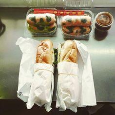 Saigon Vietnamese Sandwich Deli: lo zozzone vietnamita di Chinatown, famoso per la creatività nei panini violenti e nel concetto di igiene.  abbiamo preso l'House Special - baguette farcita con: jalapenos, affettato vietnamita (qualunque cosa significhi, meglio non chiedere), maiale a fette, maiale tritato, carote e ravanello sottaceto, cetriolo e coriandolo - e involtini di riso ripieni di verdure, gamberetti e ancora porco da inzuppare nella salsina di noccioline.  prezzo: $11.50 for the…