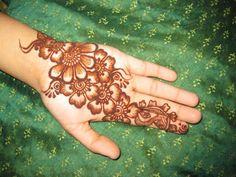 Flowers Mehndi Designs For Hands,Flower Mehndi Designs are equally popular all over the world. In Mehndi designs there are man Flowers Mehndi Design Latest Finger Mehndi Designs, Cute Henna Designs, Henna Tattoo Designs Arm, Beginner Henna Designs, Mehndi Designs For Fingers, Dulhan Mehndi Designs, Beautiful Henna Designs, Mehndi Art Designs, Henna Art