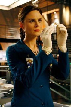 The 15 Hottest TV Doctors : Temperance Brennan (Emily Deschanel), Bones Bones Tv Series, Bones Tv Show, Temperance Brennan, Fox Tv Shows, Booth And Brennan, Tv Doctors, Emily Deschanel, Female Characters, Role Models