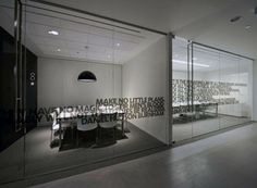 la salle de conférence en noir et blanc de Gensler