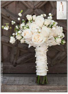 Ramo de rosas blancas con fantasia de perlas en el tallo y sinforina blanca