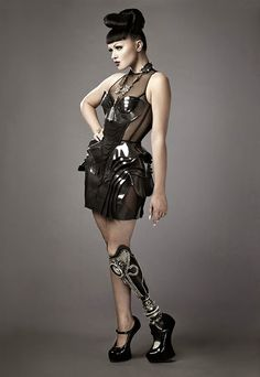 """坂井直樹の""""デザインの深読み"""": 世界初の義足のポップスターのヴィクトリアは、MVの中でゴージャスなジュエリーのように装飾された義足を披露、ショッキングに美しい。"""