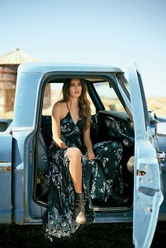 Surfer Girl Style Discover Chase the Sun: Free People Unveils May 2018 Catalog Free People Need This Printed Maxi Dress Indie Outfits, Surfergirl Style, Boho Fashion, Girl Fashion, Fashion Shoot, Ford Girl, Estilo Hippie, Trucks And Girls, Models