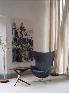 Suzy Hoodless has a stunning book of interior projects. I love it when you finally discover the origins of one of your favorite images. This image haunted Wrought Iron Patio Chairs, Eames Chairs, Grey Chair, Egg Chair, Living Room Chairs, Dining Room, Decoration, Furniture Design, Room Decor
