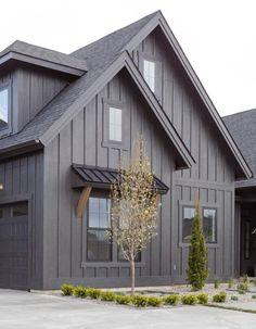 Black House Exterior, Grey Exterior, Modern Farmhouse Exterior, House Paint Exterior, Exterior Paint Colors, Exterior House Colors, Exterior Design, Brown House, Dark House