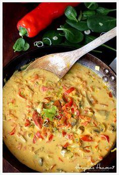 Nyttig thaisoppa med röd curry och kokosmjölk (laktosfri & svamp; glutenfri) Ingredienser 4 portioner 2 dl Sköljda röda linser 1 dl Hackad gul lök 3,5 dl Vatten 2,5 dl Kokosgrädde/mjölk 2,5 dl Hackad färsk tomat 2 st Lime blad 1 tsk Röd curry 1,5 tsk Salt 1 nypa En nypa chili pulver
