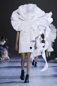 A model walks the runway during the Viktor & Rolf Spring Summer 2016 show as part of Paris Fashion Week on January 2016 in Paris, France. Live Fashion, Fashion Art, Runway Fashion, Fashion News, Paris Fashion, Conceptual Fashion, Couture Week, Spring Summer 2016, Catwalk