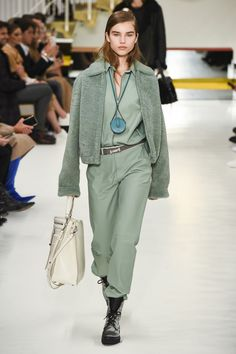 The complete Tod's Fall 2018 Ready-to-Wear fashion show now on Vogue Runway. Fashion Mode, Golf Fashion, Runway Fashion, Womens Fashion, Cheap Fashion, Couture Fashion, Fall Fashion Trends, Winter Fashion, Autumn Fashion 2018 Casual