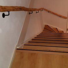 Houten trapleuning. Robuuste trapleuning van natuurlijke hout, De brocante houten trapleuning behoud zijn natuurlijke kronkels doordat het natuurlijke hout is bewerkt is tot een mooie stevige trapleuning. www.decoratietakken.nl
