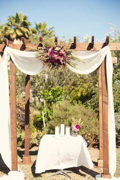 Jardim para casamento: o cenário perfeito para o altar. Aqui, a pérgola do jardim foi aproveitada para o altar. Lindo!
