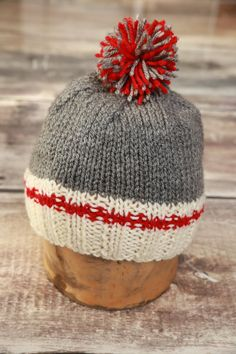 A CAP in the typical colours of wool stockings hot and comforting. Cream, red and grey, colours go with everything. It is complemented by a soft Knitting For Kids, Loom Knitting, Free Knitting, Baby Knitting, Christmas Beanie, Knitting Patterns, Crochet Patterns, Monkey Pattern, Knit Crochet