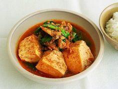 ケンタロウさんの木綿豆腐を使った「肉キムチ豆腐」のレシピページです。キムチは食材にも調味料にもなる頼れるピリ辛アイテムです。また、煮込むとコクが出て、味がまろやかに!エキスがしみこんだ豆腐がゴロゴロ入って、丼にしてもおいしい。 材料: 木綿豆腐、牛薄切り肉、白菜キムチ、にら、煮汁、すりごま