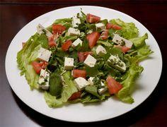 SALADA AMERICANA  1 pacte médio de salada verde que já vem lavada pronta para o consumo ou folhas de alface, folhas de espinafre e folhas de rúcula cortadas em pedaços 1 emb pequena de tomate cereja 1 porção pequena de mini torradas  4 colheres de queijo parmesão ralado Em uma vasilha coloque a salada verde Acrescente o tomate cereja e as torradas e misture delicadamente Coloque o queijo ralado por cima sem misturar Se preferir sirva com o molho de queijo para dar mais sabor ao prato
