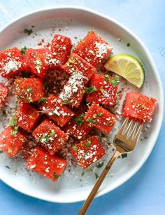 This Chili Lime Watermelon Is The Perfect Summer Snack It's Savory And Sweet Wit. This Chili Lime Watermelon Is The Perfect Summer Snack It's Savory And Sweet With Crumbled Cotija Healthy Snacks, Healthy Eating, Healthy Recipes, Lunch Recipes, Watermelon Salad, Sweet Watermelon, Snacks Saludables, Chili Lime, Vegetable Side Dishes
