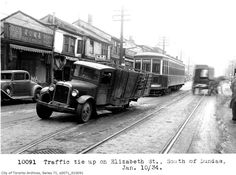 Elizabeth Street south of Dundas Street 1934 - in Toronto - Wikimedia Commons Elizabeth Street, Back In Time, Old Pictures, Ontario, Vintage Photos, Toronto, Antique Cars, Past, Street View