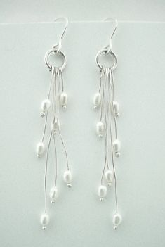 These are gorgeous - I love the pearls and the basic dangles. Rice Pearl Organic Earrings--Like the long dangles with pearls on end Pearl Jewelry, Wire Jewelry, Jewelry Crafts, Beaded Jewelry, Jewelery, Earrings Handmade, Handmade Jewelry, Diy Collier, Bijoux Diy
