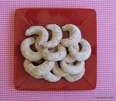 Estes biscoitinhos, conhecidos por'Meias Luas' ou 'Crescentes', por causa do formato,foram desenvolvidos por mim, a partir de uma recei...