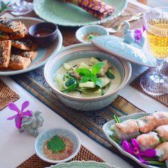 今日のプライベートタイ料理教室❤️リクエストされたメニューは#グリーンカレー #生春巻き #海老トースト でしたどれも本格的で美味しくできましたありがとうございました❤️ . คลาสสอนทำอาหารไทยวันนี้ค่ะ #แกงเขียวหวาน #ปอเปี๊ยะผักสด #ขนมปังหน้ากุ้ง #อร่อย  . . #タイ料理 #タイ料理教室 #タイ料理レッスン#タイ料理大好き #料理教室 #クッキング #クッキングラム #アジアン料理 #エスニック料理 #美味しい #食べたい #おもてなし #フードスタイリング #フードコーディネーター #テーブルコーディネート #sirikitchen #thaifood #tablecordinate #onthetable #delicious #greencurry #springrolls #cookingschool