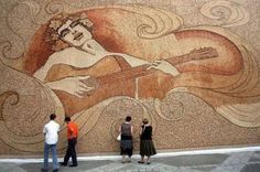 Na Albânia, um estilista criou uma obra de arte com 230 mil rolhas de vinho. A peça, que fica exposta na cidade, tornou-seatração turística no país.   Imagem: GreenDiary