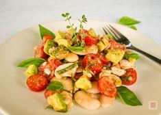 Φωτεινή, ζουμερή, μυρωδάτη, υγιεινή, θρεπτική σαλάτα με γίγαντες Πρεσπών, αβοκάντο, ντοματίνια και με την πιο γευστική ντοματένια βινεγκρέτ. Η σαλάτα με όσπρια σε άλλο επίπεδο. Caprese Salad, Bruschetta, Avocado, Vegan, Ethnic Recipes, Food, Lawyer, Essen, Meals
