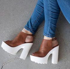 salto-tratorado-da-zara-marrom Fab Shoes, Unique Shoes, Pretty Shoes, Crazy Shoes, Sneaker Heels, Shoes Heels Wedges, Cute Heels, Prom Shoes, Chunky Heels