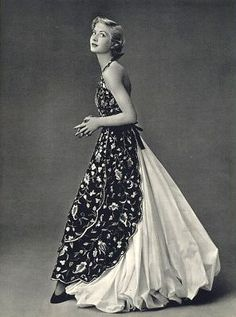 "Balenciaga's ""apron"" gown, Paris 1953 - I'm going to be redoing this gown in my head for awhile. there's something inspiring about the construction. Source by fashion idea Foto Fashion, 1950s Fashion, Fashion History, Vintage Fashion, Club Fashion, Classy Fashion, Paris Fashion, Vintage Glamour, Vintage Beauty"
