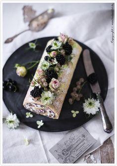 Berry well! | Mandel-Tonka-Biskuitrolle mit weißen Johannisbeeren