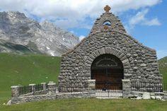 Ermita de la Virgen de la Salud,Qué ver en Camaleño Liébana (Cantabria) Está situada en Pembes, Camaleño, en las praderas de Áliva.La fiesta de la Virgen de