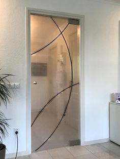 Deze enkele deur is geplaatst met een Ozon set, een zelfsluitend taatssysteem. De hydraulische onderschoen is een goed alternatief voor de traditionele vloerveer. Gematteerd met heldere en ingekleurde lijnen. Oversized Mirror, Furniture, Home Decor, Decoration Home, Room Decor, Home Furniture, Interior Design, Home Interiors, Interior Decorating