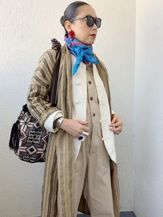 50代からのおしゃれ学。多色使いをスッキリまとめるコツ | 服飾ディレクター岡本敬子さん提案「好きな服を自由に着る!」 | mi-mollet(ミモレ) | 明日の私は、もっと楽しい Advanced Style, Scarf Styles, Kimono, Street Style, Coat, Jackets, Fashion Tips, Outfits, Ideas
