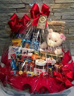 Looking for Valentines Day gifts for him? Why go for the usual bouquet of flowers when you can make these DIY Valentines Day gift baskets and bouquets? Creative Gift Baskets, Candy Gift Baskets, Gift Baskets For Him, Valentine's Day Gift Baskets, Candy Gift Box, Themed Gift Baskets, Candy Gifts, Movie Night Gift Basket, Date Night Gifts