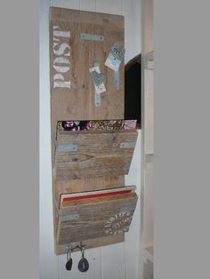 Hang your keys, store your mail! Wood Projects, Woodworking Projects, Idee Diy, Clever Diy, Pallet Furniture, Wood Pallets, Shabby, Wood Art, Ladder Decor