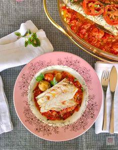 Παλιάς σχολής συνταγή για ολόκληρο ψάρι πλακί χωρίς κρεμμύδια. Εύκολο, γρήγορο, υγιεινό, ιδιαίτερα νόστιμο ψάρι ψητό στο φούρνο με σάλτσα από καλοκαιρινές ντομάτες.