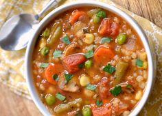 C'est une soupe végétarienne aux légumes et à l'orge qui est très nourrissante et facile à faire! Vegetarian Main Dishes, Vegetarian Soup, Vegetarian Cooking, Vegetarian Recipes, Healthy Soup Recipes, Great Recipes, Healthy Food, Easy Recipes, Chili Casserole