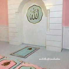 White and pink praying room Islamic Decor, Islamic Wall Art, Home Entrance Decor, Home Decor, Prayer Corner, Cute Room Ideas, Apartment Interior, Apartment Bedrooms, Islamic Prayer