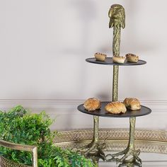 Charm your guests with this striking eagle cake stand. This elegant two-tiered cake stand is both stylish and functional and will make a perfect addition to any party or afternoon tea.