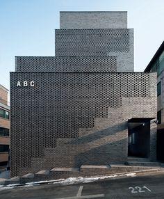 Des premières structures primitives aux œuvres de Mies van der Rohe, Alvar Aalto, Frank Lloyd Wright… voici les plus belles prouesses architecturales composées de brique. ABC Building, Seoul, South Korea, 2012, Wise Architecture.