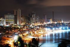 2. Natal (Brasil)  Es la capital del estado de Río Grande do Norte y se caracteriza por sus playas de agua caliente en el Atlántico, entre ellas Playa de Pipa, Maracajaú y Ponta Negra (foto). Es un lugar ideal para la práctica de deportes como el kite surf.  Foto por Berardo Leal/Wikimedia.Commons