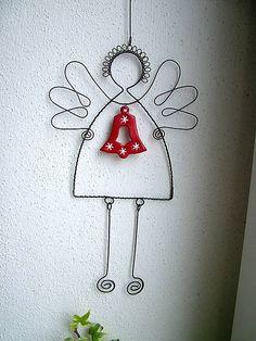 anjel väčší so zvončekom No More Wire Hangers, Wire Hanger Crafts, Wire Crafts, Bead Crafts, Christmas Angels, Christmas Crafts, Wire Ornaments, Angel Crafts, Christmas Templates