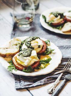 ovos benedict sobre salada caprese, para celebrar o regresso do feriado com a dignidade que ele merece