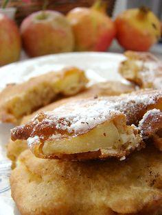 Kızarmış elma halkalarını yabancı bloglardan birinde görmüştüm .Elmaların sert olmaması ,pişmesi açısından önemli , bir diğer önemli konuda yağın çok kızgın olmaması.. Meyve tatlılarını sevenlere bu güzel tatlı elmaları tavsiye ederim. Malzemeler: 3 büyük yumuşak elma Yarım su bardağı maden suyu 2 yumurta 3 yemek kaşığı şeker 2 yemek kaşığı tereyağ veya sıvı yağ 1 …