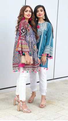 Indian girls are in style Pakistani Fashion Party Wear, Pakistani Dresses Casual, Indian Fashion Dresses, Pakistani Dress Design, Indian Designer Outfits, Indian Outfits, Designer Dresses, Casual Dresses, Afghan Clothes