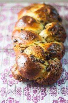 Chocolate Walnut Challah - The Little Ferraro Kitchen Jewish Bread, Jewish Food, Kosher Recipes, Bread Recipes, Delicious Desserts, Yummy Food, Sugar Bread, Jewish Recipes, Food Staples
