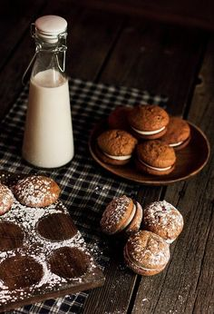 I love molasses and ginger, oh baby! Molasses Cookies with Ginger Cream Cheese Filling - Home - Pastry Affair Köstliche Desserts, Delicious Desserts, Dessert Recipes, Yummy Food, Tasty, Pie Recipes, Cookie Recipes, Cream Cheese Filling, Filling Food